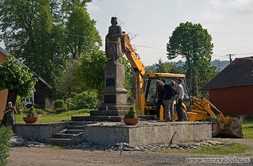 demontaż pomnika
